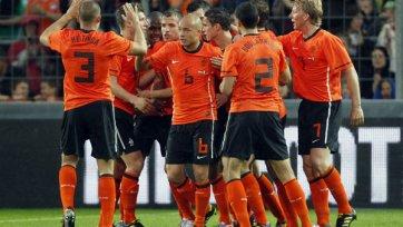 Голландия побеждает и теряет двух футболистов
