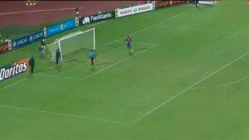 На Кубке Африки футболист сломал ворота