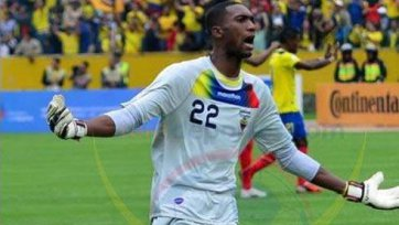Вратарь сборной Эквадора провел матч с переломом кисти