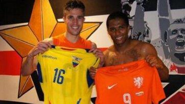 Ван Перси и Валенсия подарили друг другу футболки на память