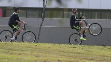 Футболисты сборной Испании пересели на велосипеды