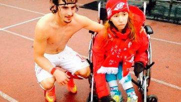 Павел Яковлев подарил футболку ребенку на инвалидной коляске