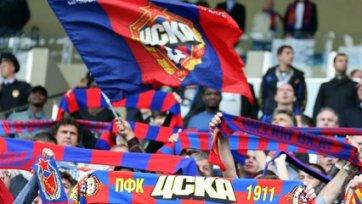 Фанаты ЦСКА поддерживают армейцев за стадионом