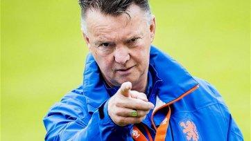 Луи ван Гаал требует от футболистов уделять больше внимания болельщикам