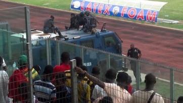 В Гане из-за беспорядков на поле выпустили БТР