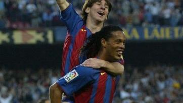 Лионель Месси отмечает свой первый гол за «Барселону»