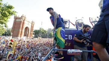 В Барселоне прошел торжественный парад с кубками