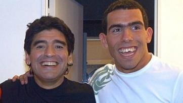 Диего Марадона приветствует Тевеса в «Бока Хуниорс»