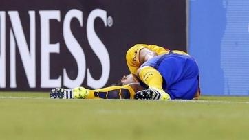 Защитник «Барселоны» Дуглас получил серьезную травму