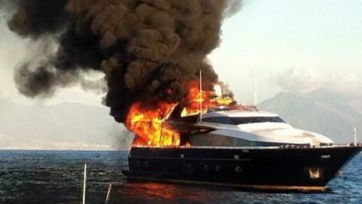 В Неаполе сгорела яхта Аурелио Де Лаурентиса