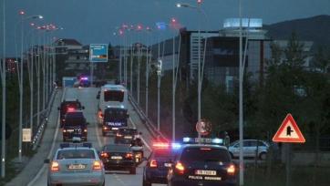 Албанцы закидали автобус сербов камнями