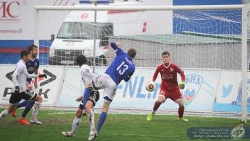 Шахов атакует ворота армавирского Торпедо в последнем матче Факела. Воронежцы выиграли со счётом 2:1