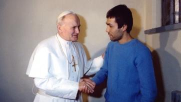 В 1983-м году Папа Иоанн Павел II встретился с стрелявшим в него террористом, и простил того