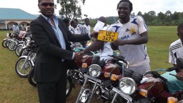 В Уганде футболистам подарили такси для подработки