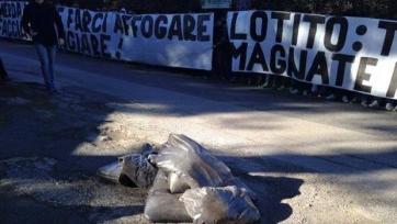 Тифози «Лацио» обложили навозом тренировочную базу команды