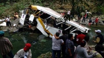 Автобус с мексиканской командой упал в реку, шестнадцать погибших