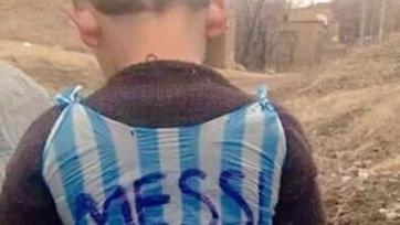 Иракский мальчик сделал футболку Месси из пластикового пакета