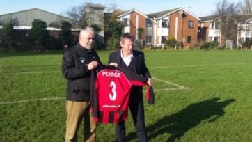 Стюарт Пирс в возрасте 53-х лет возобновил карьеру футболиста