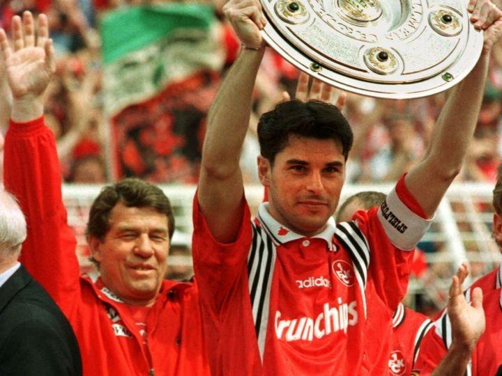 9-е мая 1998-го года. Чириако Сфорца и Отто Рехагель празднуют чемпионский титул Кайзерслаутерна