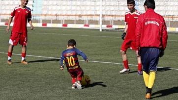 Афганский паренёк прилетел в Барселону за футболкой Месси