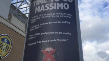 Фанаты «Лидса» выкупили рекламные панно рядом со стадионом, чтобы призвать владельца клуба к уходу