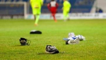 В Австрии болельщики закидали поле обувью, протестуя против высоких цен на билеты