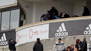 Фанаты «Партизана» забросали яйцами руководителей своего клуба (видео)