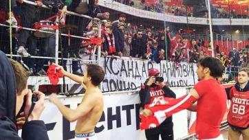 Фанаты «Спартака» потребовали от игроков снять свои футболки и не позорить клуб (видео)
