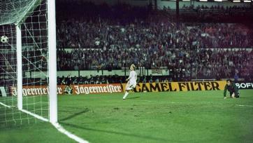 Ули Хенесс забивает один из мячей в ворота «Атлетико» в переигровке финала КЧ-1974
