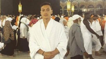 Месут Озил попал под огонь критики за совершённый в Мекке хадж