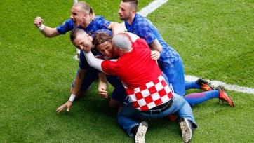 Одному из хорватских болельщиков удалось отпраздновать гол вместе с командой