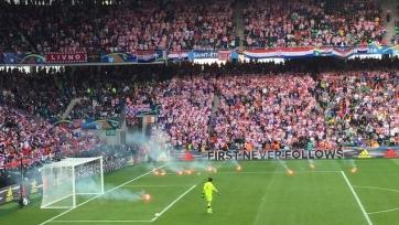 Хорватские фанаты бросили на поле файеры, игра была приостановлена