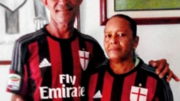 Карлос Бакка одел своих родителей в футболки «Милана», давая понять, что не будет менять команду