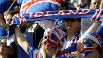 Тысячи жителей Рейкьявика встретили исландскую сборную боевым кличем (видео)