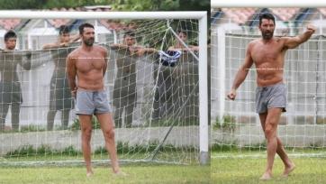 Буффон поиграл в футбол с дворовыми ребятами