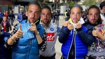 Фанаты «Наполи» провели флэш-моб с требованием не продавать Игуаина «Ювентусу»
