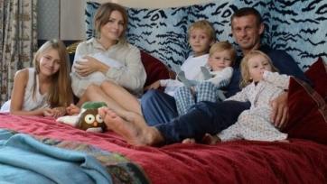 Семья Семаков взяла на воспитание девочку с ограниченными возможностями