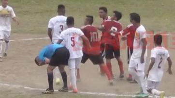 Футболист избил арбитра в матче чемпионата Гватемалы за то, что тот показал ему красную карточку (видео)