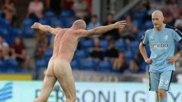Чемпион Европы 1992-го года оскандалился в матче датской Суперлиги, выбежав на поле голым