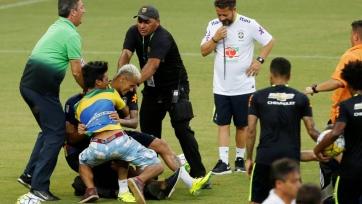 Болельщик повалил Неймара на газон на тренировке сборной Бразилии