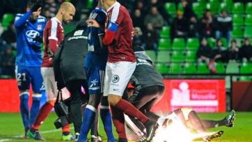 Матч «Лиона» во Франции был отменён из-за попадания петарды в голкипера