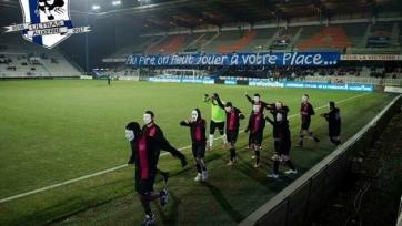 Французские болельщики надели маски Анонимуса, чтобы выразить протест против слабых выступлений своего клуба