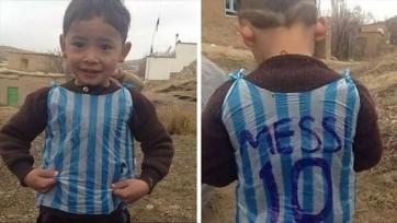 Месси встретился с афганским мальчиком, который играл в футбол в пакете с фамилией аргентинца (видео)