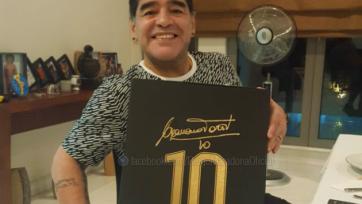 Франческо Тотти подарил Марадоне футболку с десятым номером на Рождество