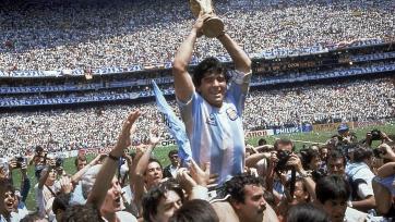 Спустя более чем тридцать лет после победы Аргентины на ЧМ-1986 Марадона снова получил в руки Кубок Мира