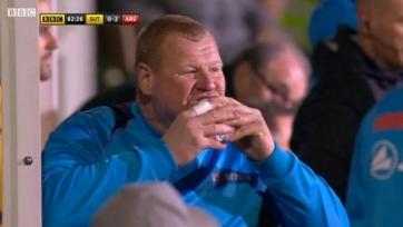 Вратарь «Саттон Юнайтед» может быть наказан за то, что съел пирог во время матча (видео)