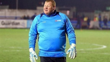 «Саттон Юнайтед» избавился от Уэйна Шоу, который съел пирог во время матча