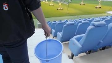 Болельщик «Трабзонспора» был вынужден отмыть десять тысяч кресел на стадионе за то, что залез на одно из них ногами