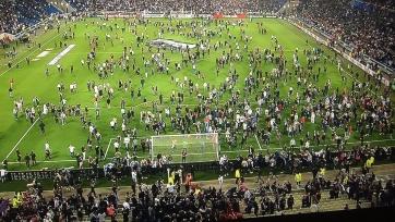 В матче «Лиона» и «Бешикташа» турецкие фанаты согнали французских болельщиков с трибун на поле