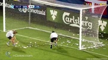 Итальянские болельщики прервали матч, забросав Доннарумму фальшивыми долларами